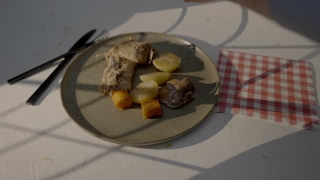 stockvideo's en b-roll-footage met seasoning rabbit dish - tafelmanieren
