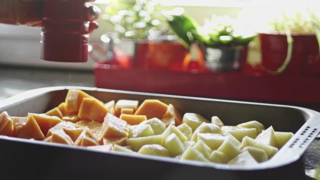 ベーキング用の根菜類の調味 - ローズマリー点の映像素材/bロール