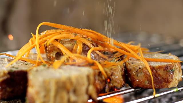 slo mo oli il grill steak - grigliare video stock e b–roll