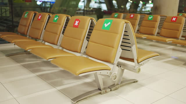 covid-19が広がったとき、空港で座席。 - バイオハザードマーク点の映像素材/bロール