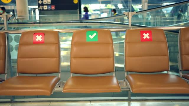 sitz am flughafen, wenn covid-19 sich ausbreitet. - rettungsdienst mitarbeiter stock-videos und b-roll-filmmaterial