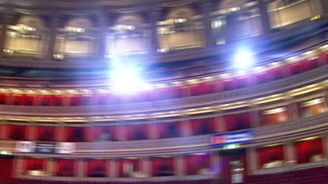 vidéos et rushes de seats for charity gigs at royal albert hall touted for profit england london royal albert hall int pan interior of royal albert hall - royal albert hall