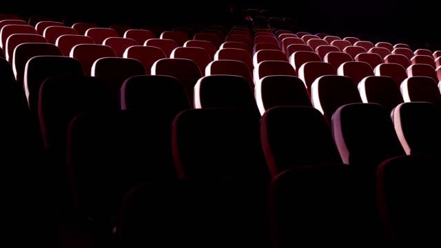 sitze im theater performance center - kulisse bühne stock-videos und b-roll-filmmaterial