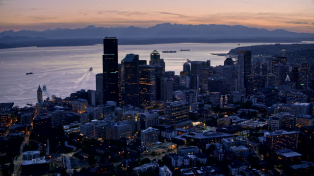 aerial seattle und elliott bay in der abenddämmerung - seattle stock-videos und b-roll-filmmaterial