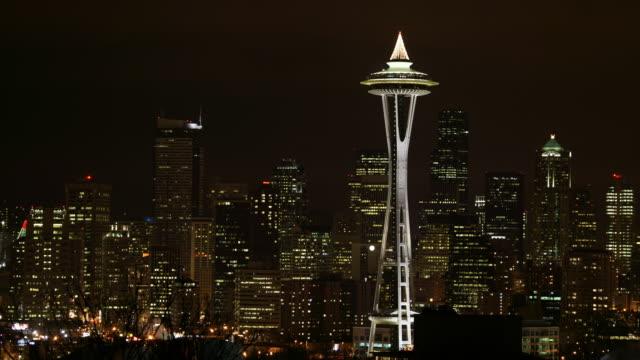 vídeos de stock e filmes b-roll de seattle cityscape at night - space needle