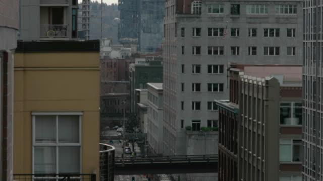 seattle downtown - schwenk nach unten stock-videos und b-roll-filmmaterial