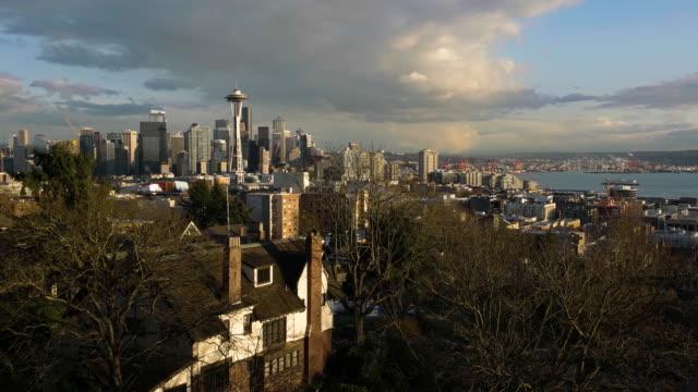 vídeos de stock e filmes b-roll de seattle skyline and bay at sunset - space needle