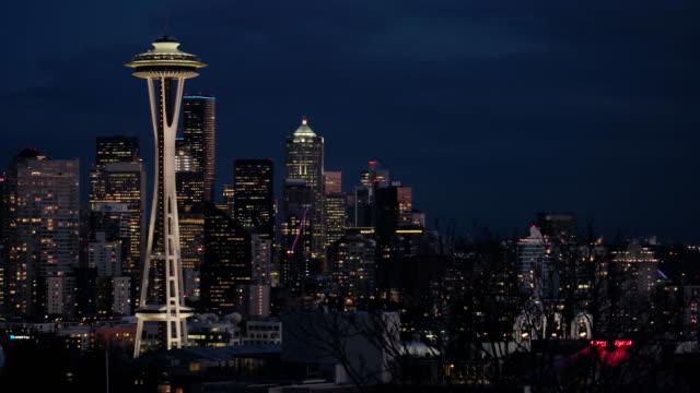 vídeos de stock e filmes b-roll de seattle skyline at night - space needle