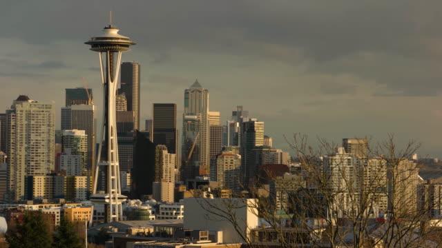 vídeos de stock e filmes b-roll de seattle skyline at sunset - space needle