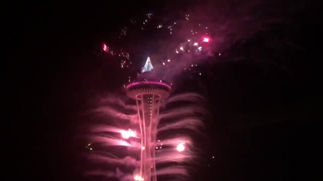 vídeos de stock e filmes b-roll de seattle welcomed 2016 in tradition at the space needle - space needle