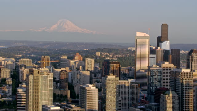 stockvideo's en b-roll-footage met luchtfoto seattle met mount rainier in de achtergrond - staat washington