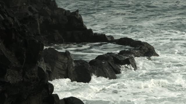 vídeos y material grabado en eventos de stock de seawater flows into a large rockpool on the coastline of the reykjanes peninsula in iceland. - marisma