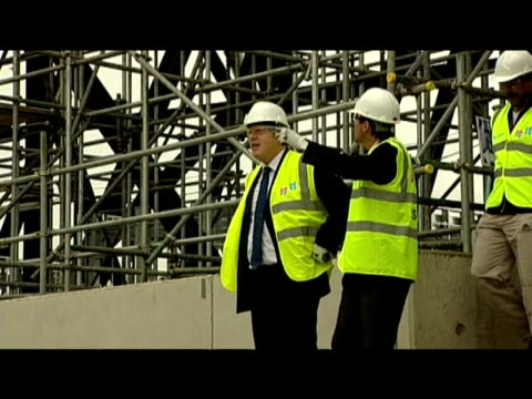 sebastian coe and mayor boris johnson lead team for inspection of 2012 olympic site 27 july 2009 - erezione video stock e b–roll