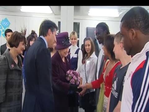 sebastian coe presents future olympic athletes to queen elizabeth ii during visit london; 3 november 2009 - erezione video stock e b–roll