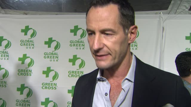 vídeos de stock e filmes b-roll de interview sebastian copeland on how the event has grown over the years global green's hurricane sandy relief efforts what other initiatives they're... - festa do óscar