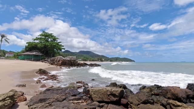 vídeos de stock e filmes b-roll de secluded tropical beach ko lanta, thailand - mar de andamão
