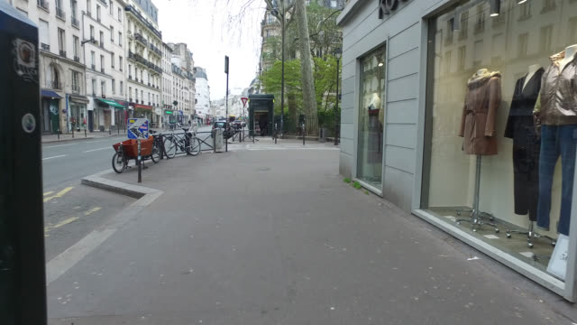 vidéos et rushes de second day of confinement in francemarch 18 2020 in paris france parisians are adapting to life under strict new rules prohibiting people from... - lockdown
