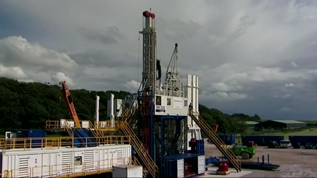 second fracking site bid rejected by councillors in lancashire t26071040 / tx general view of shale gas drilling site and rig cuadrilla flag flying... - argillite video stock e b–roll
