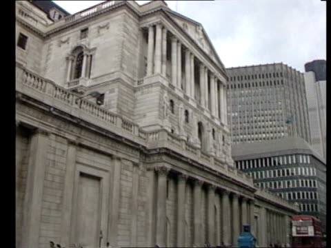 vídeos de stock, filmes e b-roll de second inquest into death of roberto calvi returns an open verdict england london bank of england same sign 'the stock exchange' on wall - bolsa de valores de londres