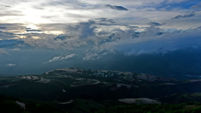 vídeos de stock, filmes e b-roll de segundo magnífico terra vermelha nas world-o amanhecer - yunnan province
