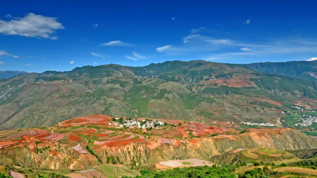 vídeos de stock, filmes e b-roll de segundo magnífico terra vermelha no vale-mundo e aldeia - yunnan province