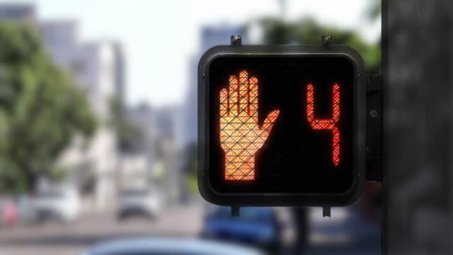 vídeos y material grabado en eventos de stock de 9 segundos de cuenta regresiva de cruce rojo que muestra el primer plano de la señal de caminar - paso de cebra