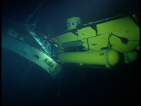 vidéos et rushes de second submersible rotating , revealing back of submersible, propellers of engines beginning to spin, submersible moving away into abyss. excursion,... - gorge vallées et canyons