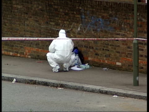 vídeos de stock e filmes b-roll de second wave of london bomb attacks: police raid bomb suspects' flat; finchley: strawberry vale: gv line of ambulances along road police officers and... - golf