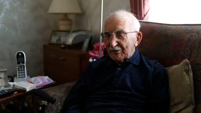 vídeos de stock e filmes b-roll de second world war veteran john jenkins talks about his experience of operation overlord his lifelong support of portsmouth football club and meeting... - centenário