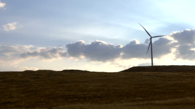 19 seconds sequence of Wind turbines spinning