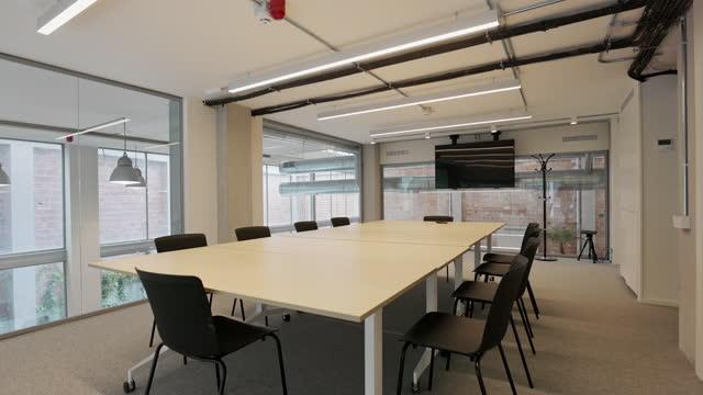 vídeos y material grabado en eventos de stock de sala de reuniones de grupo del segundo piso en un entorno de coworking - piso de edificio