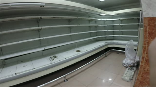 stockvideo's en b-roll-footage met secret filming of empty shelves in supermarket in caracas - shelf