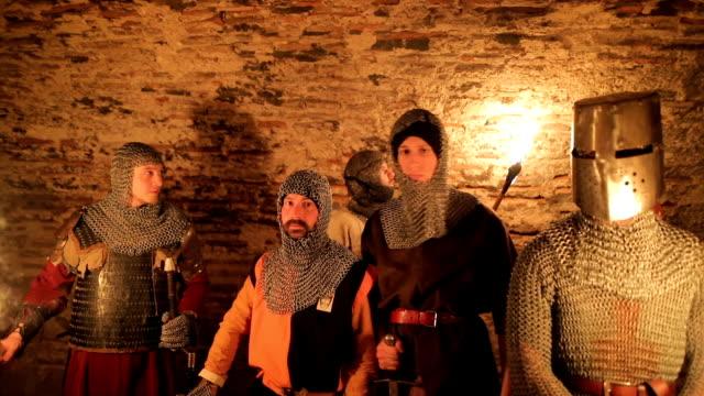vídeos de stock, filmes e b-roll de túneis de secreta cavaleiros templários - rei pessoa real