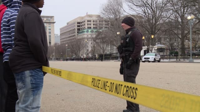stockvideo's en b-roll-footage met secret service agents in uniform patrolling the lafayette park side of the white house from closer up 5 of 5 files - geheime dienstagent