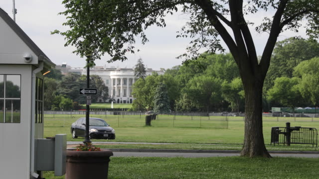 stockvideo's en b-roll-footage met secret service and federal investigators shut down access to the white house ellipse after a man set himself on fire and ran onto the grassy area to... - ellips