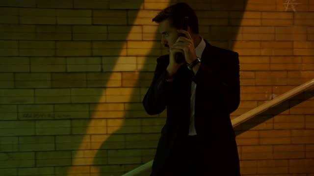 犯罪者から隠れてシークレットサービス探偵 - 盗み聞き点の映像素材/bロール