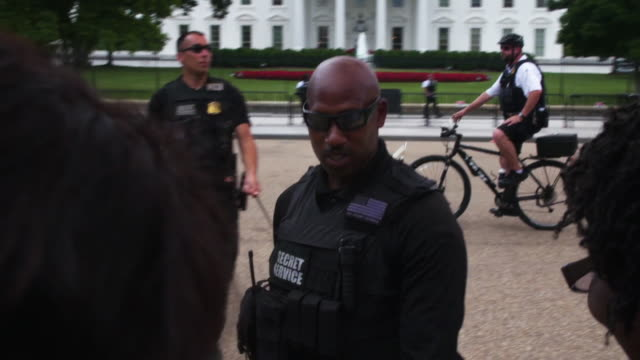 stockvideo's en b-roll-footage met secret service interacting with protesters outside of the white house - geheime dienstagent
