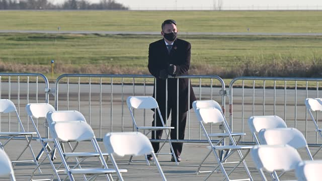 secret service member looks on as attendees arrive at a campaign event for president donald trump on october 30, 2020 in rochester, minnesota. trump... - privatsphäre stock-videos und b-roll-filmmaterial