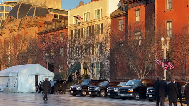 secret service prepares to escort joe biden from blair house to the capitol in washington, dc, u.s.a. on inauguration day wednesday, january 2021. - 後を追う点の映像素材/bロール