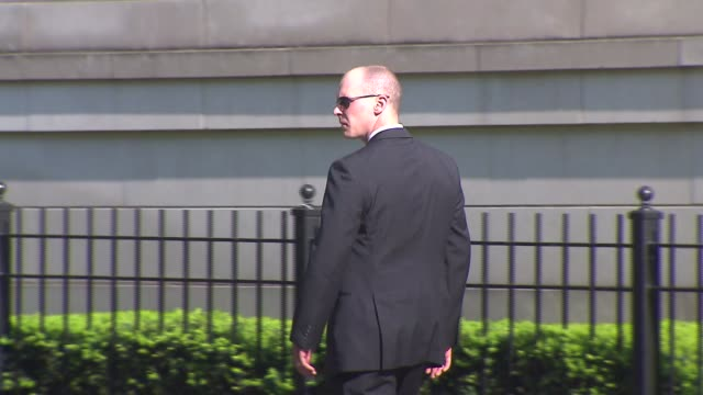 stockvideo's en b-roll-footage met wgn secret service secures hotel for president obama on may 29 2013 in chicago illinois - geheime dienstagent