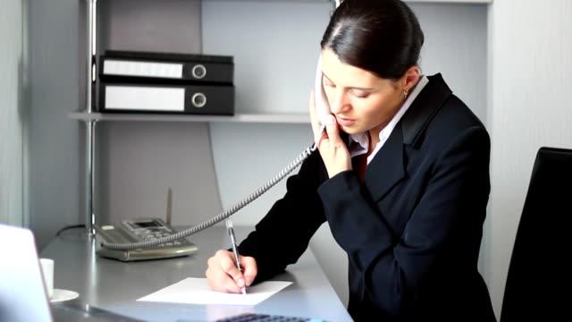 stockvideo's en b-roll-footage met secretary answers the telephone call. - telefoonhoorn