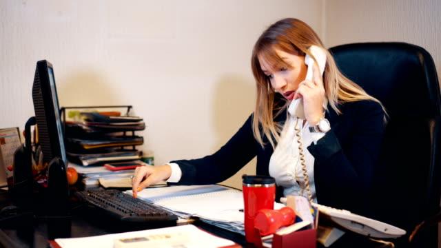 秘書が電話会議を手配します。 - 加入電話点の映像素材/bロール