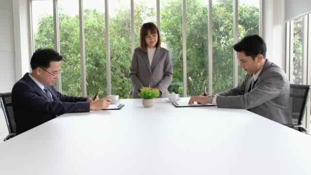 Sekretärin Vertrag zwei asiatischen Geschäftsmann Zeichen Vertrag und Handshake bringen einander mit deal.partnership Geschäftskonzept.