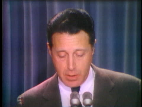 secretary caspar weinberger, after meeting with president richard nixon in may of 1974, tells the press that the president will not resign. - リチャード・ニクソンの大統領辞任点の映像素材/bロール