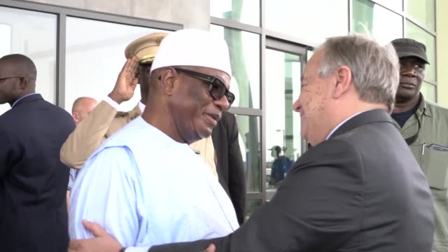 un secretary general antonio guterres is welcomed by malian president ibrahim boubacar keïta in bamako for the international peacekeepers' day - governmental occupation stock videos & royalty-free footage