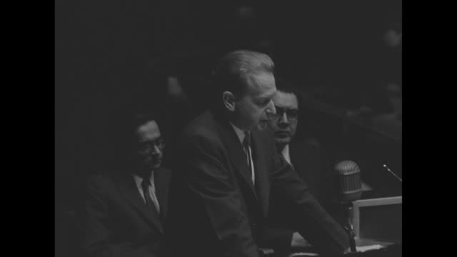 vídeos de stock e filmes b-roll de un secretary general dag hammarskjold speech at podium about paramount pictures documentary / he finishes speech and turns from podium pan to... - 1955