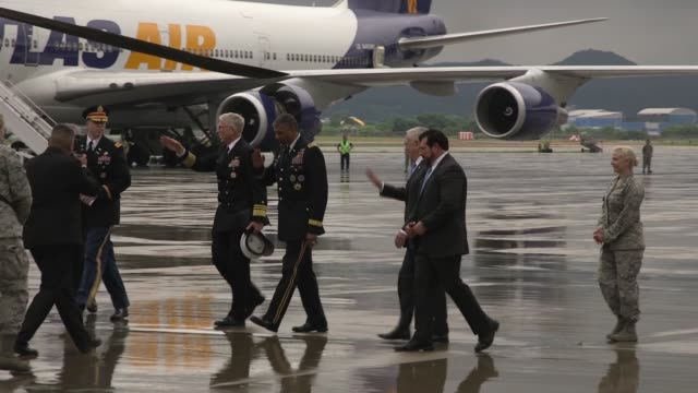 secretary of defense jamesmattis arrived at osan air base south korea on thursday 28 june 2018 en route to meet with south korea's minister of... - segretario della difesa video stock e b–roll