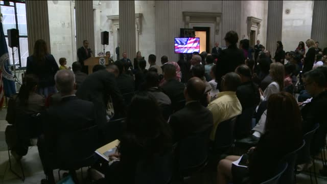 secretary of homeland security jeh johnson administered the oath of allegiance to about 75 candidates for citizenship from 31 countriesthe ceremony... - 市民点の映像素材/bロール