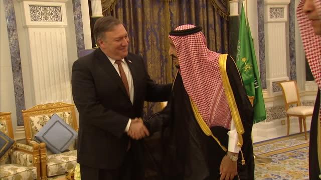 secretary of state mike pompeo shakes hands with salman bin abdulaziz al saud on october 17, 2018 in riyadh, saudi arabia. pompeo arrived in saudi... - demokrati bildbanksvideor och videomaterial från bakom kulisserna