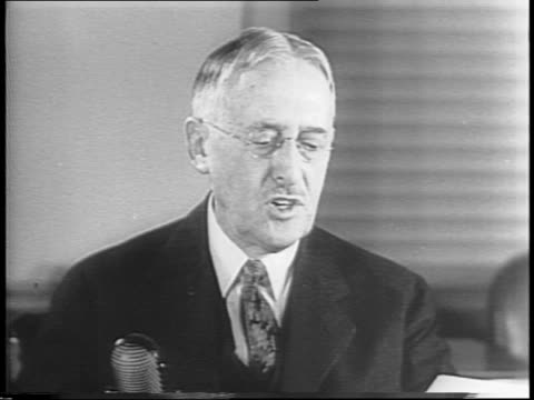 vidéos et rushes de secretary of war henry lewis stimson, seated at a desk, speaks on federal action to avoid rail strike. - évitement